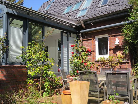PTS Physiotherapie Schenefeld GmbH | eine sonnige Terrasse im Garten
