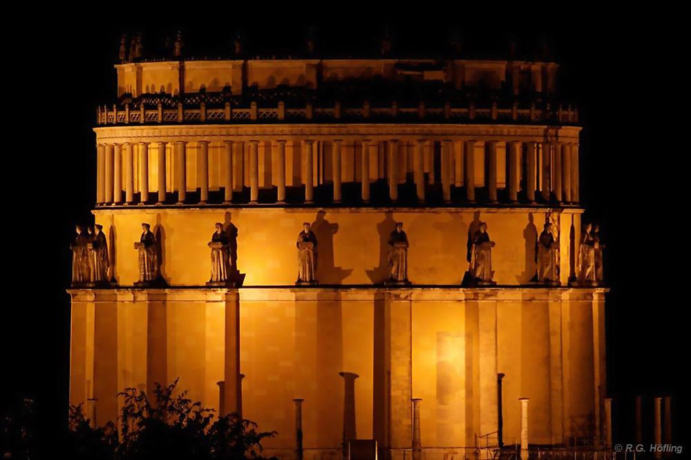 Die Kelheimer Befreiuungshalle wird abends faszinierend beleuchtet; Foto: R.G. Höfling