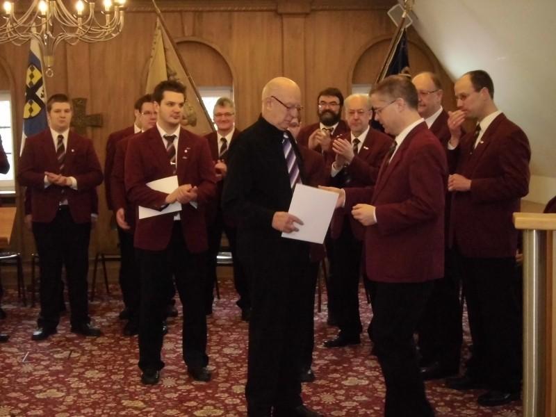 """Stefan Kirch, Vorsitzender vom ausrichtenden Verein MGV """"Liedertafel"""" Drolshagen, ist einer der ersten Gratulanten"""
