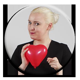 Charlotte Wolff hält ein Herz hoch - sie hat ein Herz, für alle, die als Team an ihren Fähigkeiten arbeiten wollen