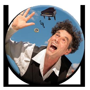 Kabarettist Axel Pätz umgeben von Musikinstrumenten im freien Fall