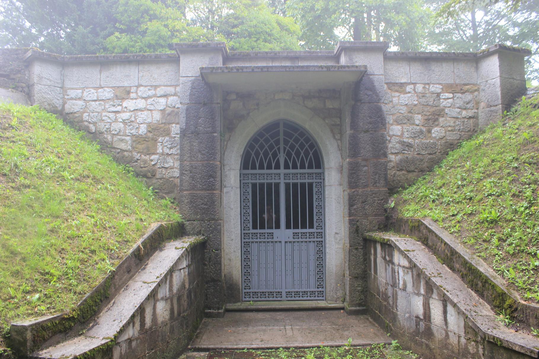 L'ingresso alle tombe nel parco del castello di Pielungo