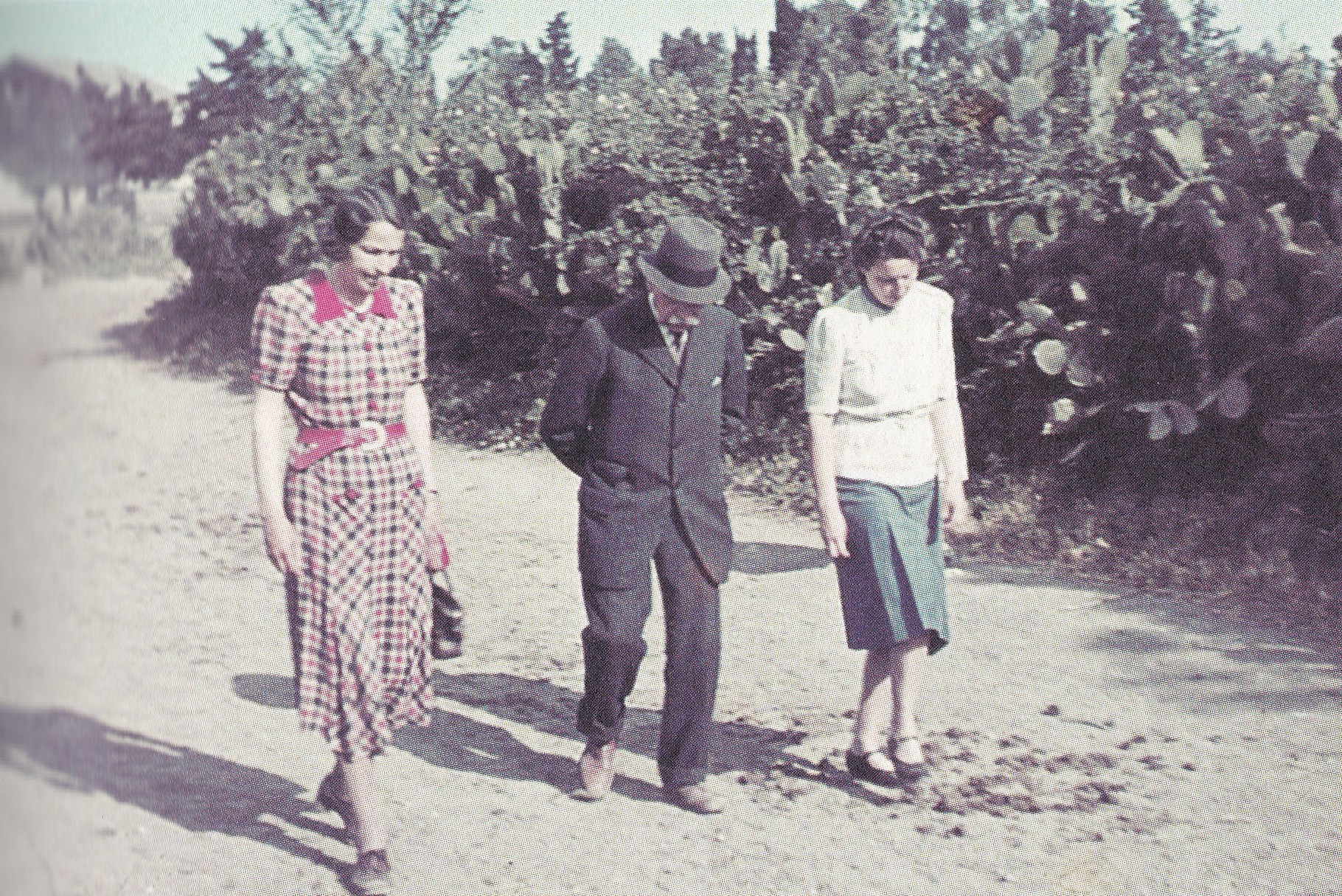 Passeggiata a Canalis con le nipoti 1941 (archivio Ceconi - Kitzmüller).
