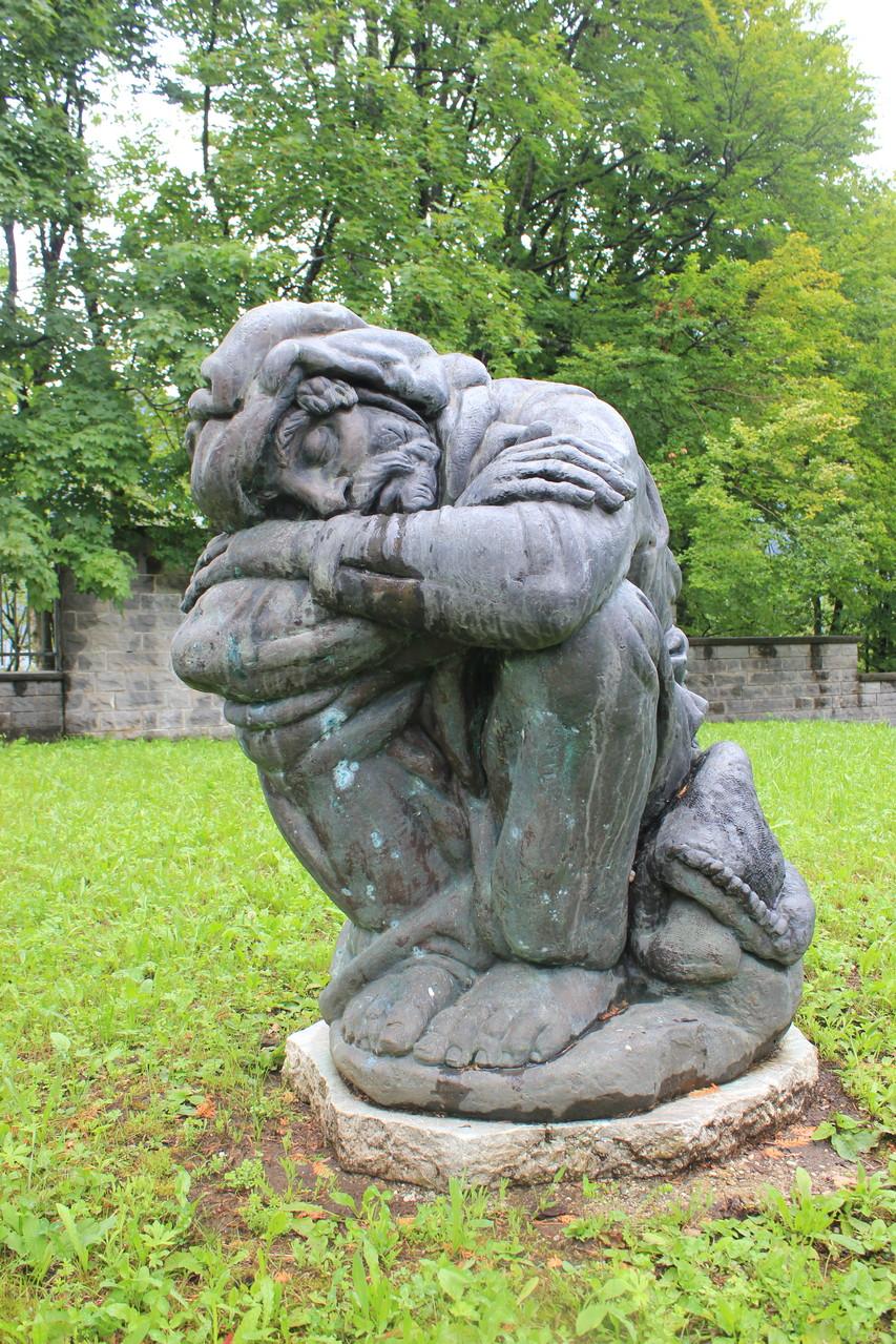 Statua realizzata da Mario Ceconi situata vicino alle tombe