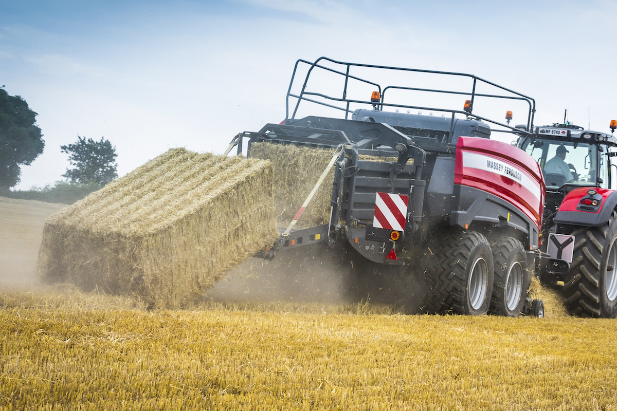 MF 2370 UHD Baler_WORKING