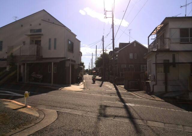 googleナビで成瀬駅から来ると、この十字路に出てくる場合が多いです(左手に小川高校)