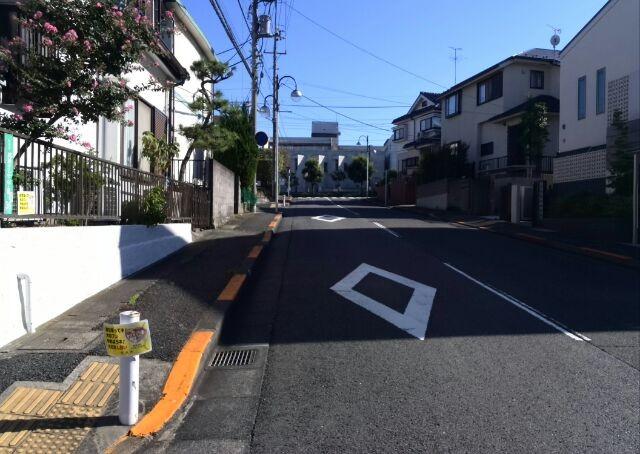 突き当りの小川高校を左手に見ながら道路を渡ると角から3軒目です☆