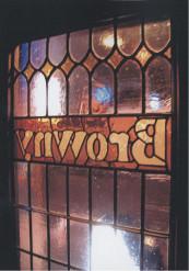 創業当時から閉店まで変わらなかった出入口のステンドグラス。