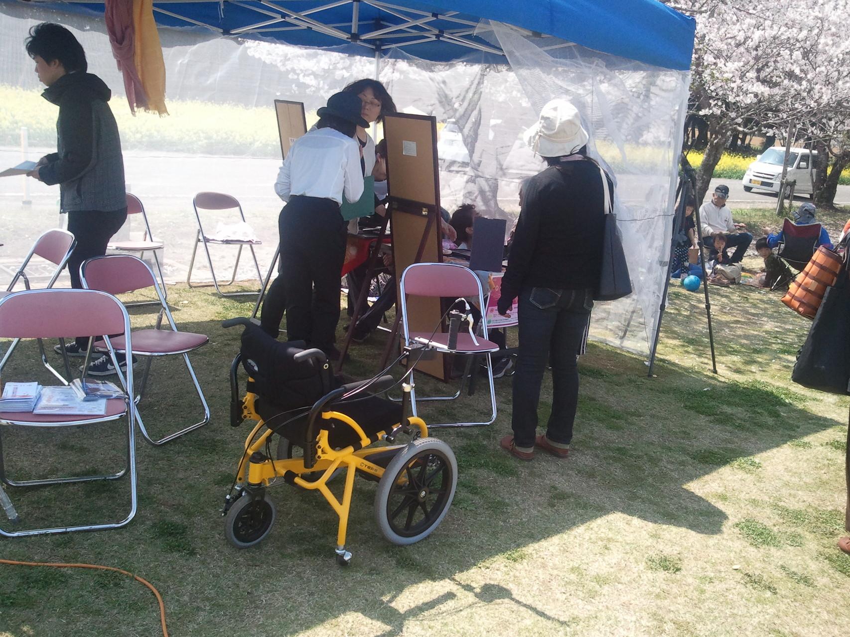 イベントで足こぎ車椅子黄色を展示