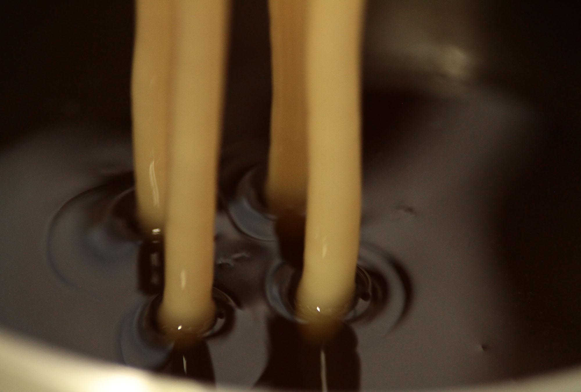 Dieser Vorgang wiederholt sich so oft, bis die Kerzen die gewünschte dicke erreicht haben.