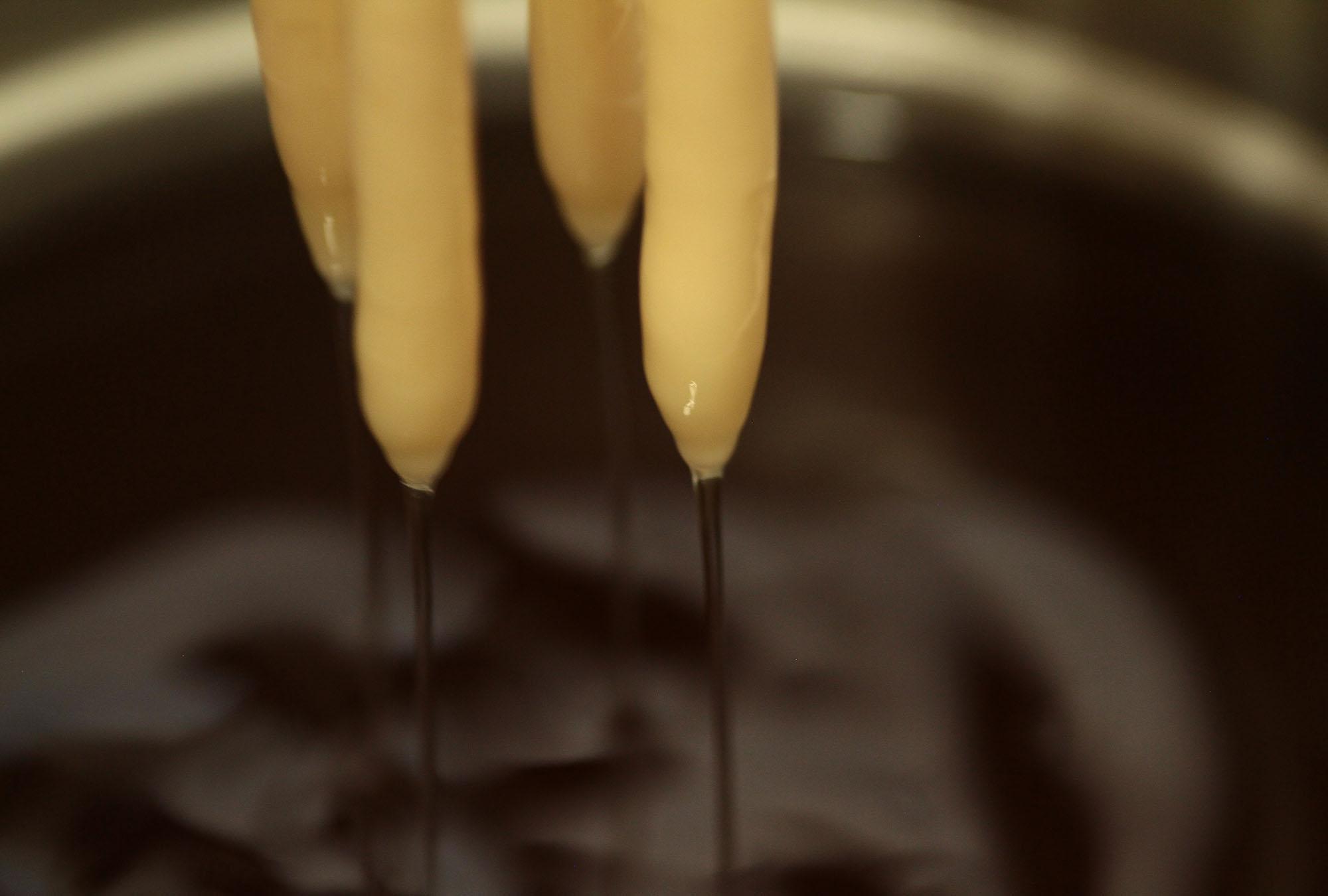 Manchmal dauert die Produktion bis zu 8 Stunden, je nach Kerzenlänge.
