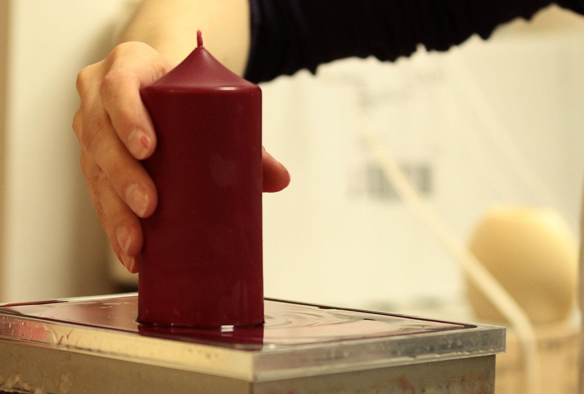 Nach dem Trocknen muss jede Kerze noch begradigt werden.