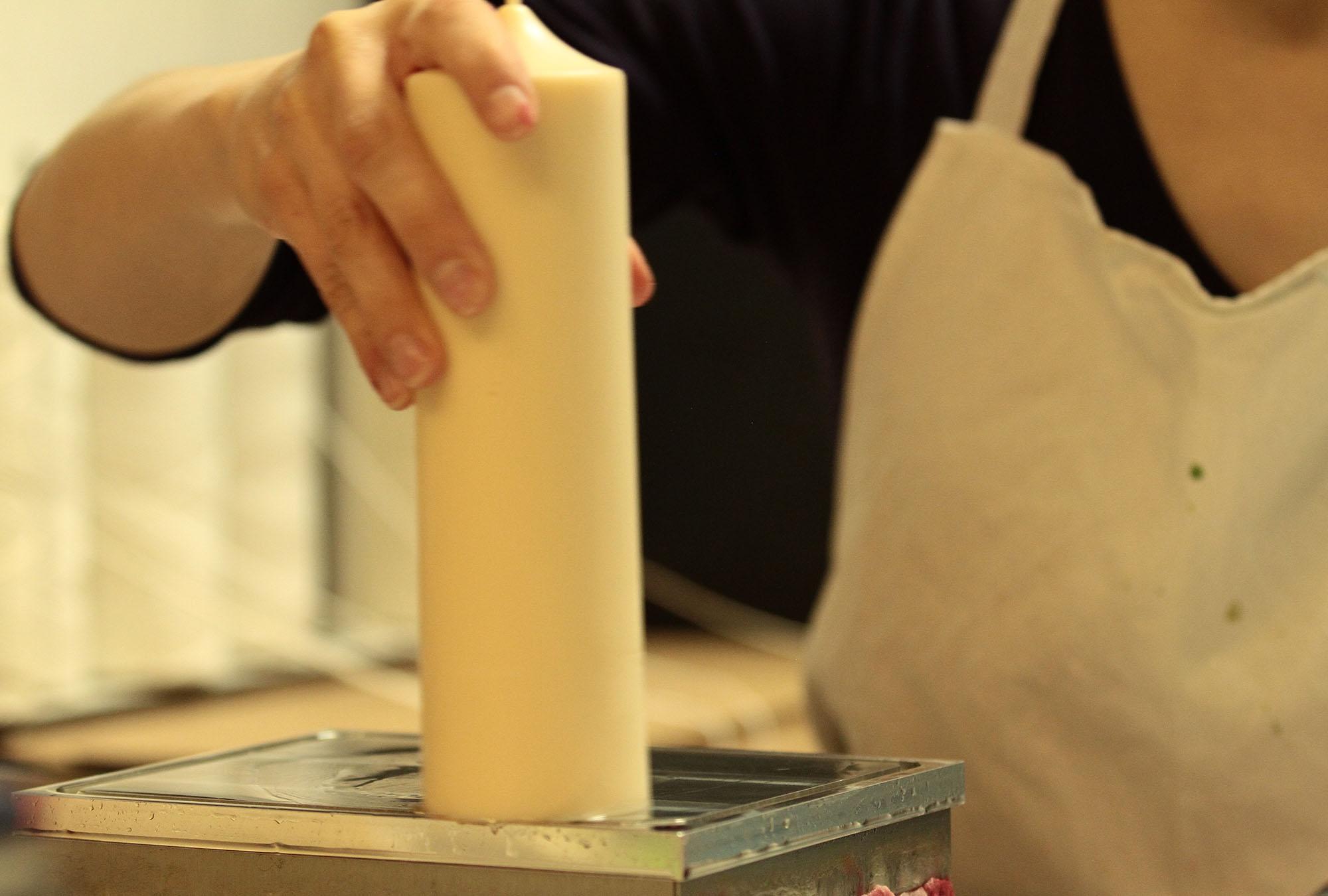 Da jede Kerze mit der Hand abgedreht wird, kann es zu Unregelmäßigkeiten bei der Höhe kommen.