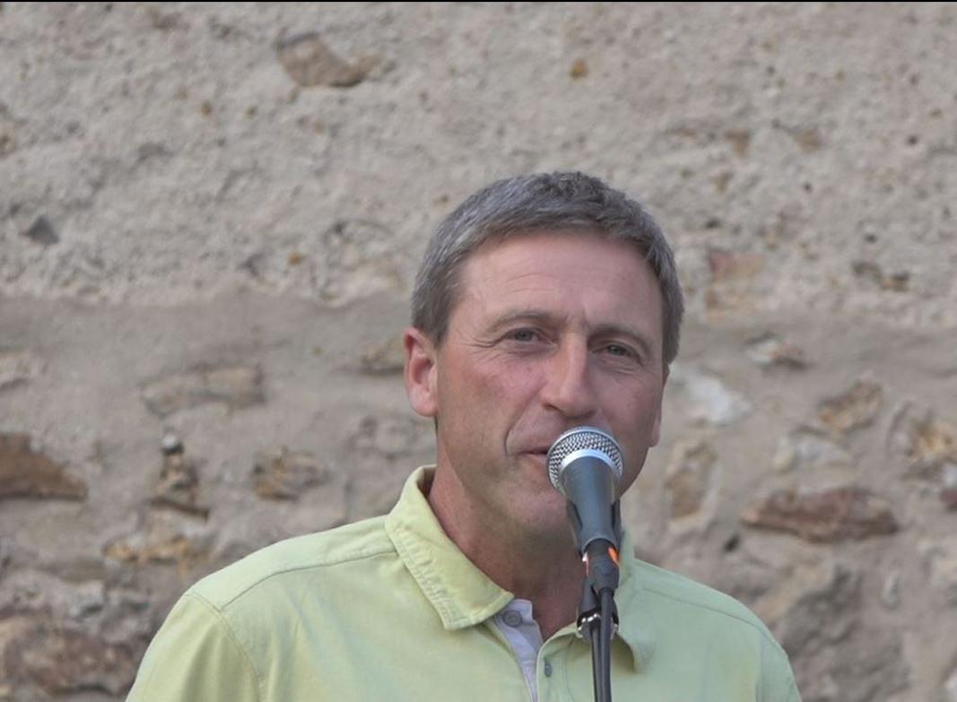 Le maire déléguée de La Chapelle-Monthodon, Jean-Yves Roulot accueille les participants dont 35 venus du village