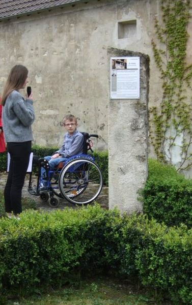 2 adoslescents de Vallées-en-Champagne lisent des textes écrits par des passeurs de mémoire