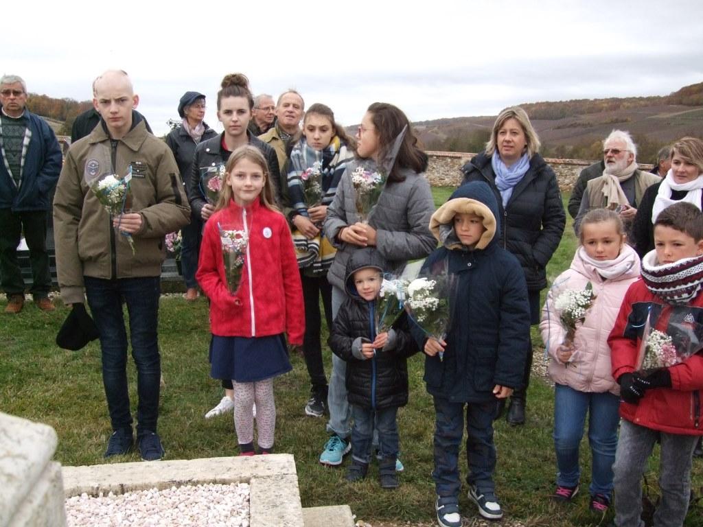 Les enfants vont y déposer chacun un petit bouquet remis par la Maire déléguée
