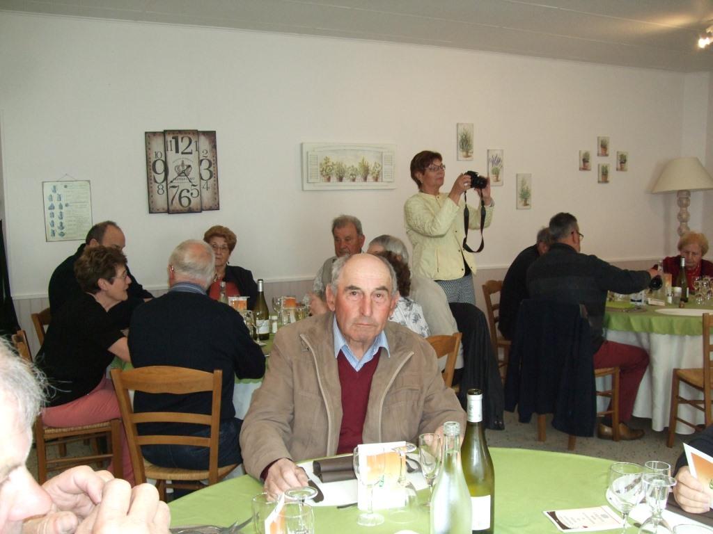 Au 1er plan, Bernard Roulot,  Président des anciens combattants de La Chapelle-Monthodon & La photographe, Jacqueline Picart,  Maire déléguée du même village.