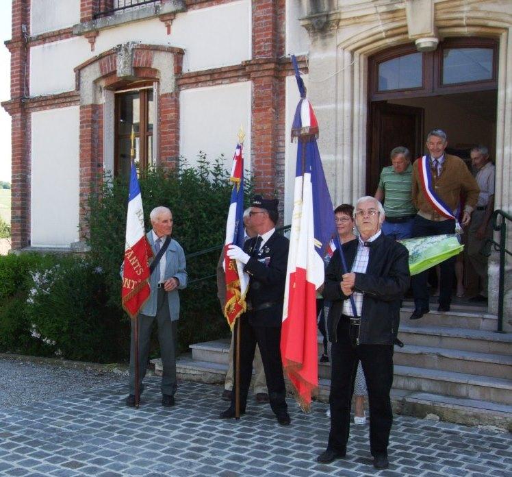 Les porte-drapeaux  sortent de la mairie. De gauche à droite Robert Breton (La Chapelle-Monthodon), Marcel Dartinet (Baulne-en-Brie) et Jacques Cernet (La Chapelle-Monthodon)