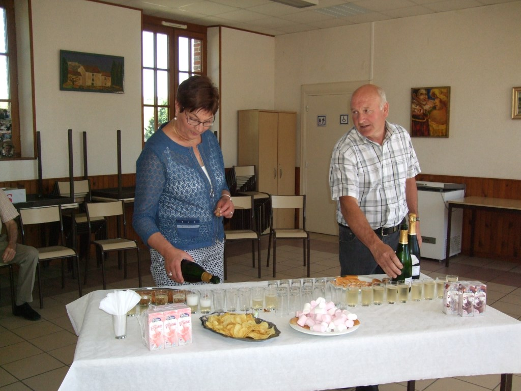 Après la cérémonie tous les présents se retrouvent dans la salle communale pour une petite coupe de champagne