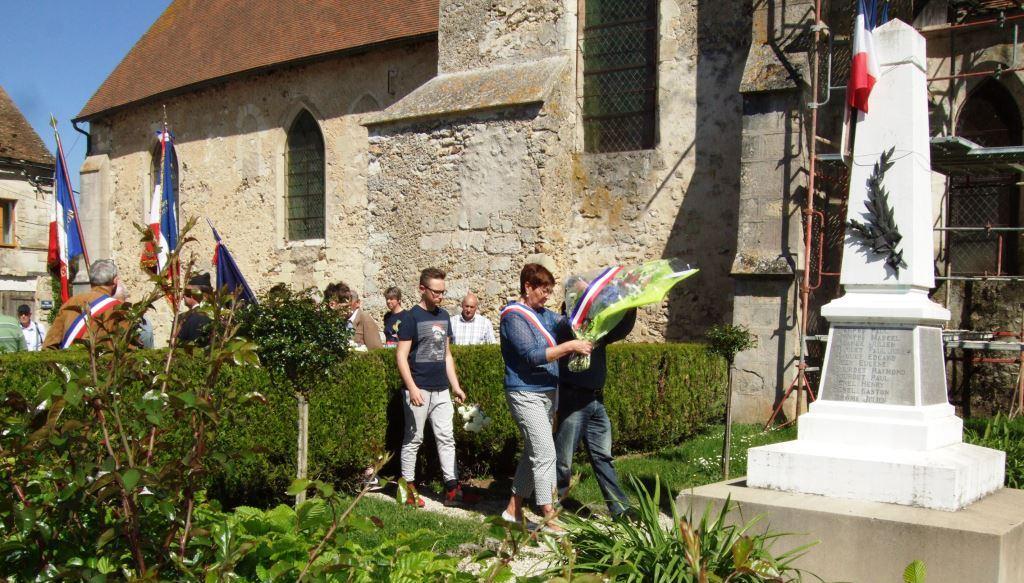 Jacqueline Picart  et Rémy Thomas (Conseiller à Baulne-en-Brie) déposent la gerbe
