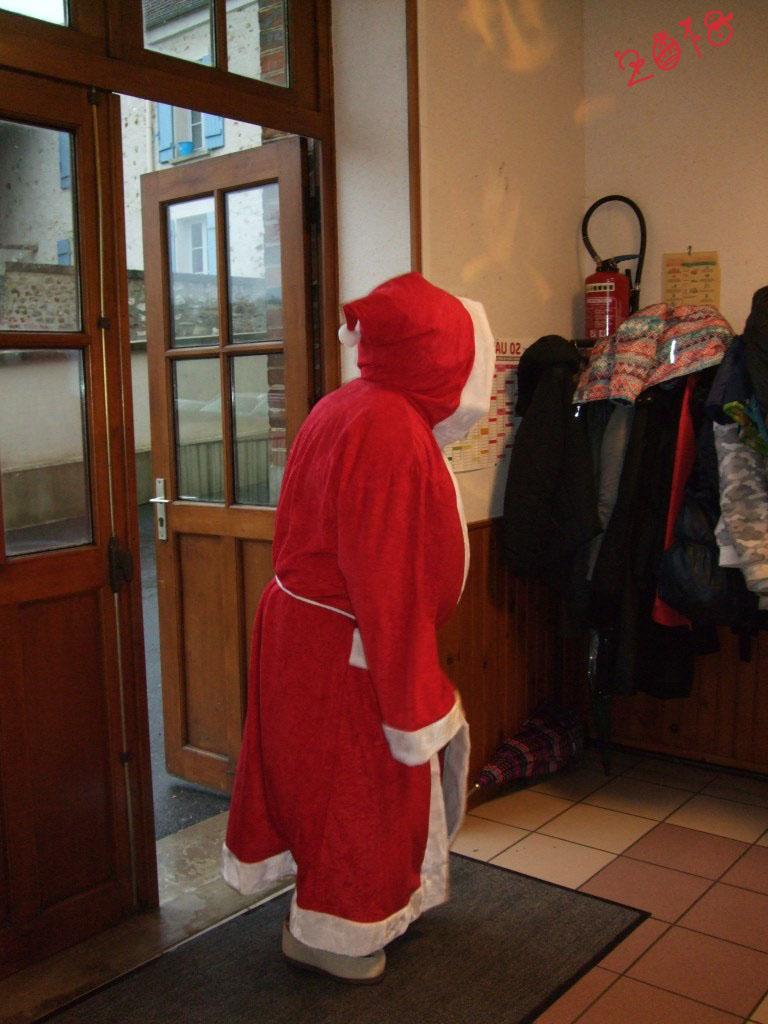 Le Père Noël tant attendu par les enfants fait son entrée