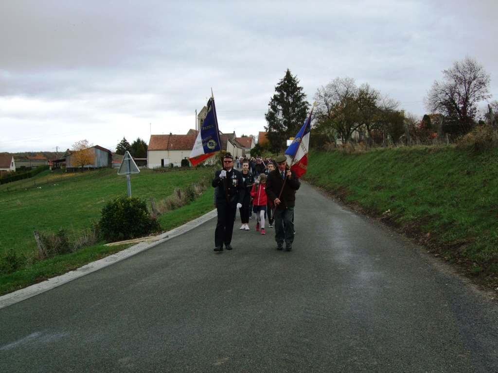 Les participants se dirigent ensuite  vers le cimetière du village......