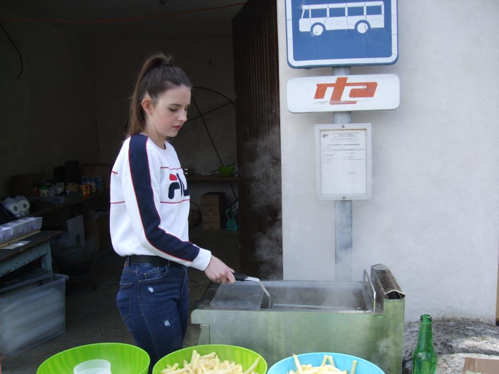 Emilie Picart  s'occupe de la 1ère cuisson des frites