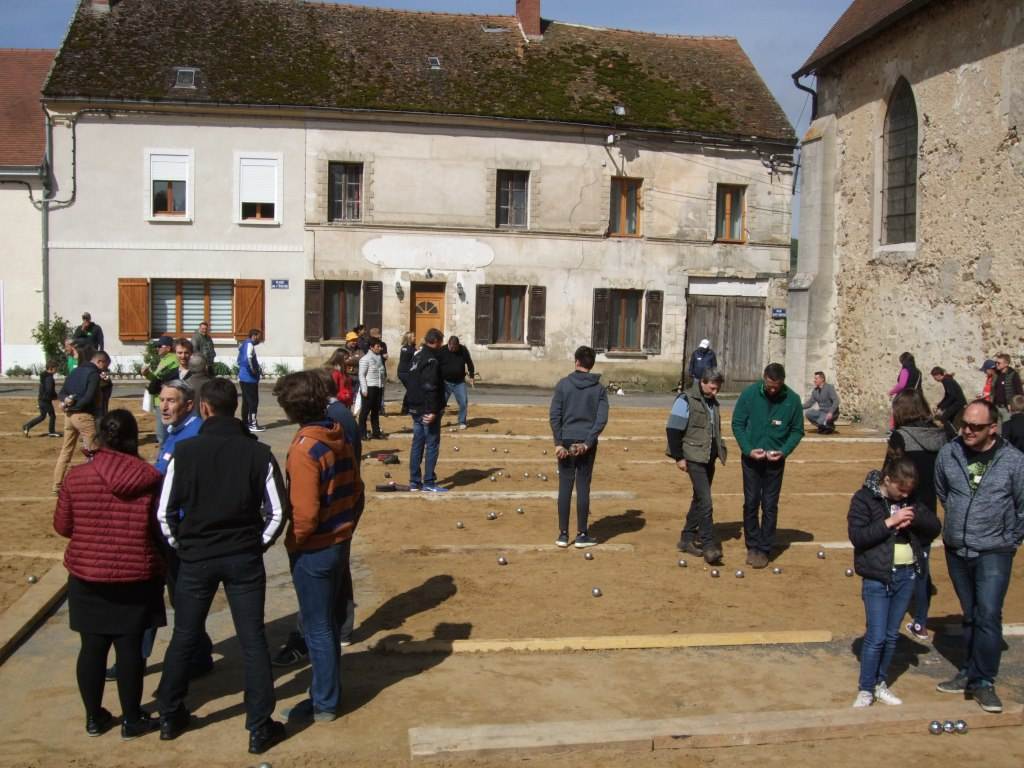 La place du village transformée en boulodrome