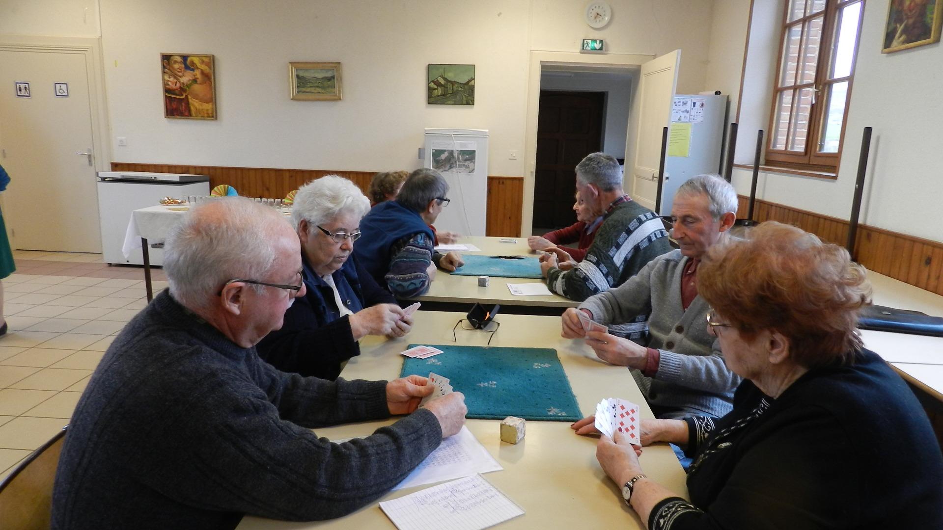 Les adhérents de l'association se retrouvent tous les jeudis après midi dans la salle communale de La Chapelle-Monthodon.