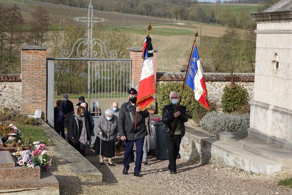 Les 2 porte-drapeaux : Jean Deprez, délégué régional des gueules cassées à gauche et Jacques Cernet, ancien combattant d'Algerie à droite.