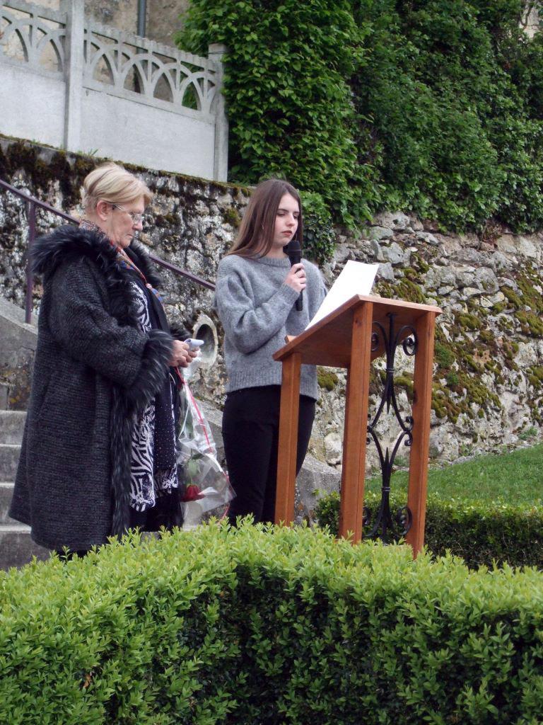 Emilie Picart, adolescente de La Chapelle-Monthodon, lit le message des associations de déportés