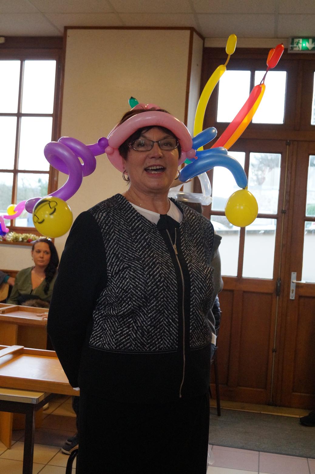 La maire déléguée Jacqueline Picart coiffée de ballons
