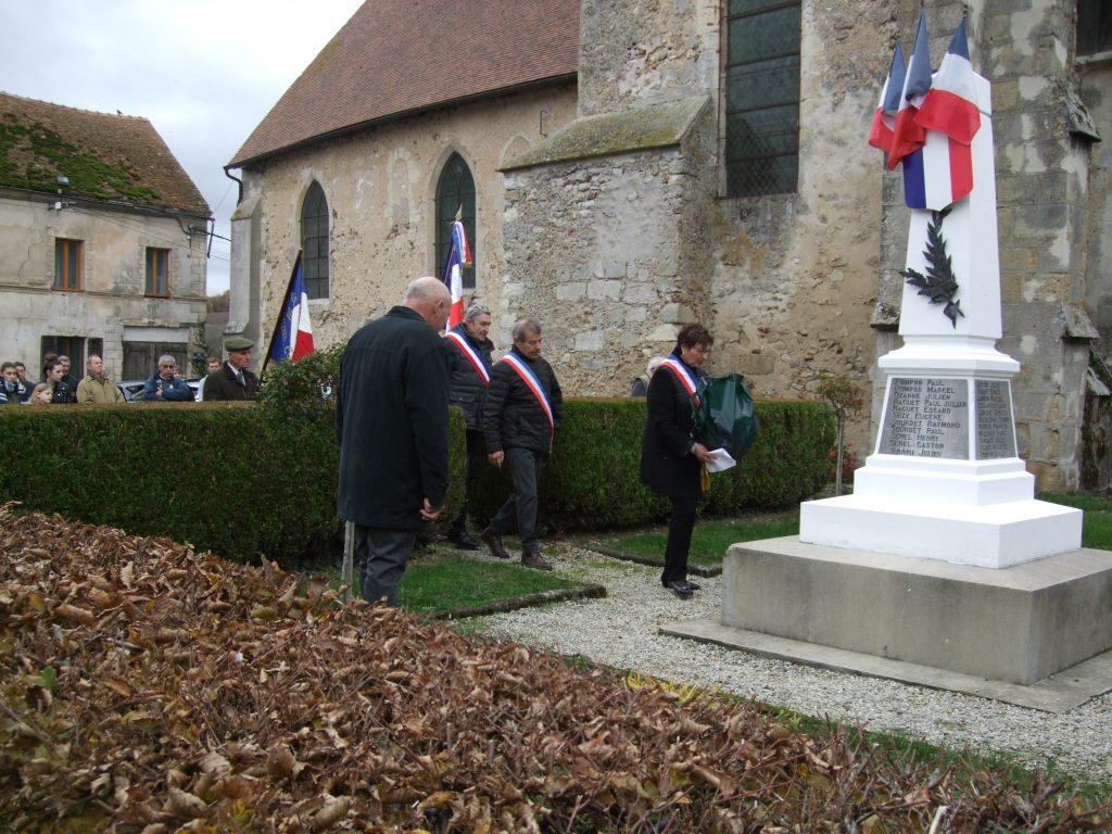 La Maire déléguée de La Chapelle-Monthodon dépose la gerbe de fleurs