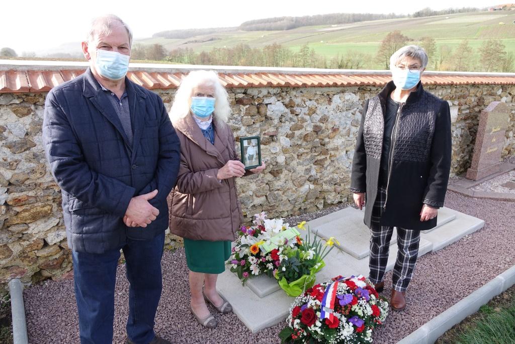 Josiane Renard, présidente du club des séniors entourée des deux ex-maires de La Chapelle-Monthodon, Bernard et Jacqueline Picart.