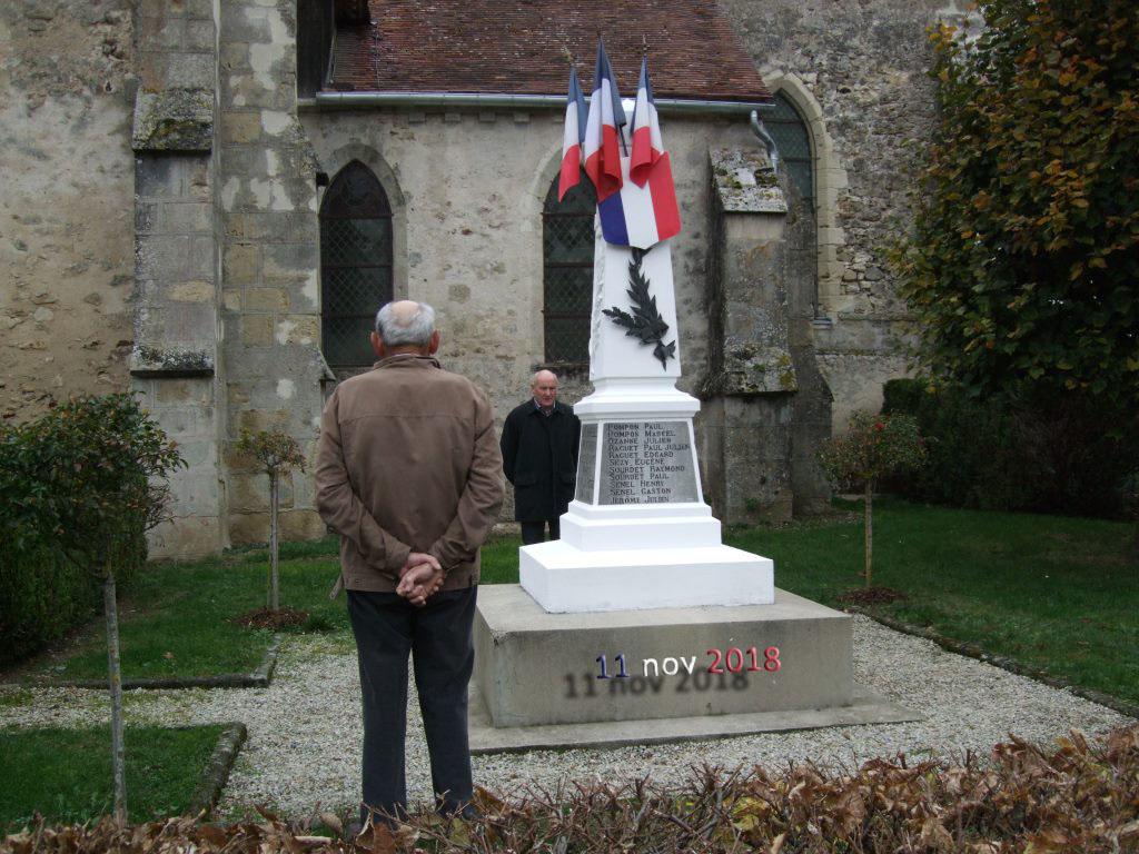 Appel aux morts pour la France (Alain Destouches , adjoint et Bernard Roulot de dos, ancien combattant de la guerre d'Algérie)