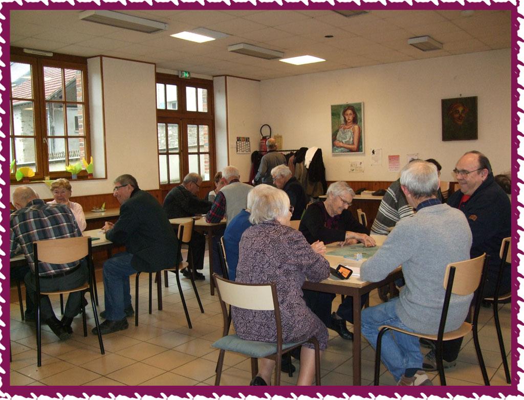 Le repas terminé, les passionnés de belote ont pris place