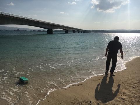 波と戯れる、内陸四川省出身のQinさん November2016