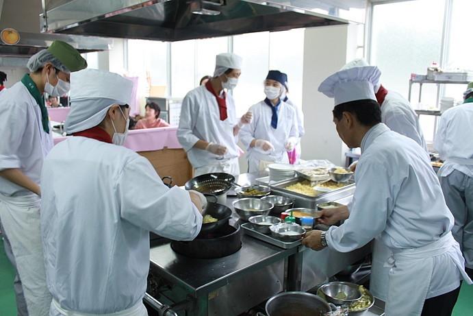 中国料理の調理班、注文がどんどん入ります。