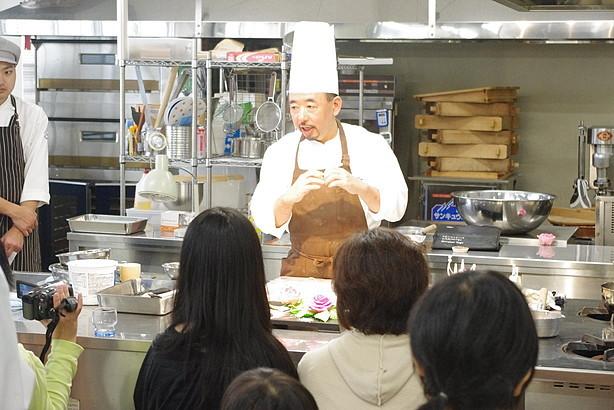 製菓実習室ではメゾン・ド・キタガワの北川講師によるアメ細工・チョコレート細工デモンストレーション!