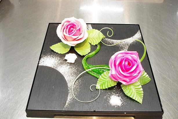 今年は、バラの花を飴とチョコレートで作っていただきました!
