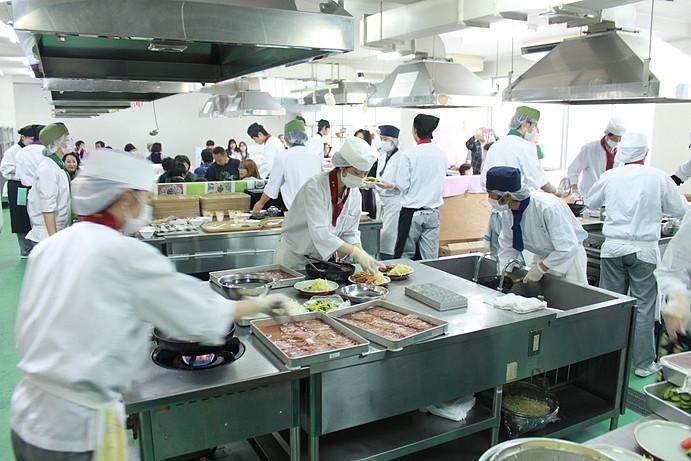 調理科高校生のレストランも開店と同時にフル回転、和食班です。