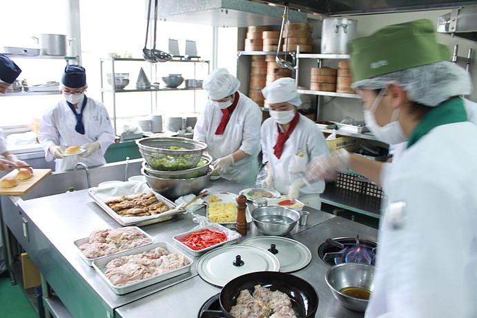西洋料理の調理班、1・2年生も作業を担当し、活躍します。