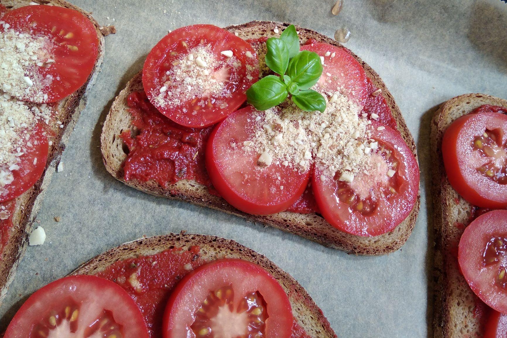Tomatenbrot mit Nuss-Parmesan