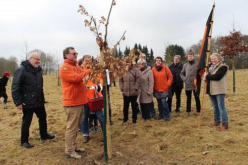 Ein Baum zum 60. Jubiläum: Die Kolpingsfamilie an ihrem Bäumchen.  Bürgermeister Rüdiger Meier (l.) schaut zu, wie der Baum hergerichtet wird.