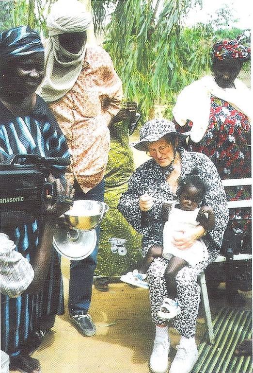 Mireille aide a alimenter un enfant au centre de nutrition a Gao