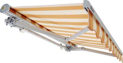 """Hülsenmarkise """"Solstar"""" im ausgefahrenen Zustand mit weißen Gelenkarmen und orange gestreiftem Stoff von Bremetall"""