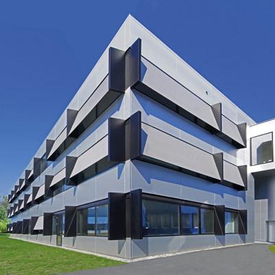 """Fassadenmarkise """"Soft Tension Zip"""" auf modernem Bürogebäude"""