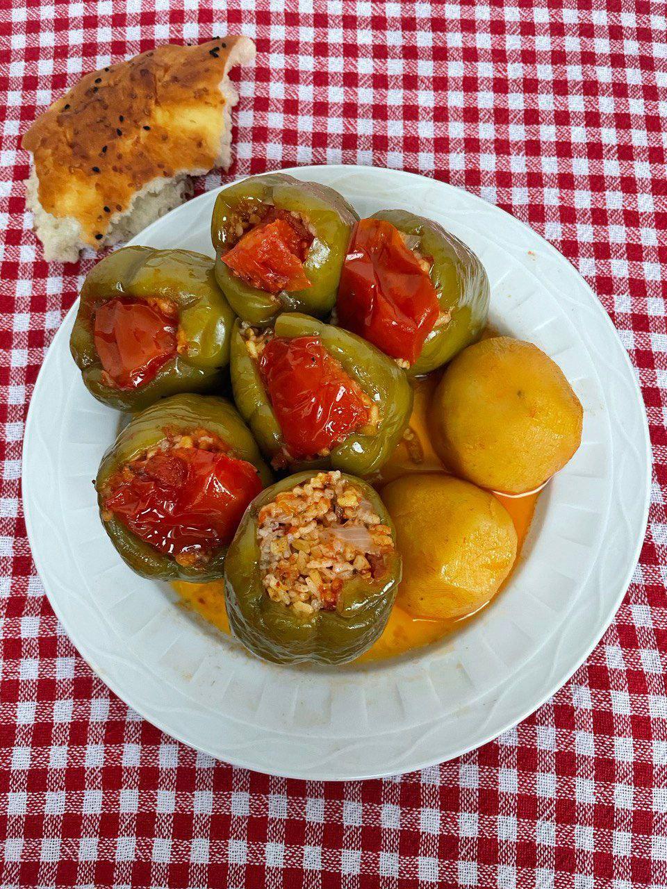 Gefüllte Paprika auf türkische Art: vegetarisch mit Reis, Bulgur und viel Olivenöl