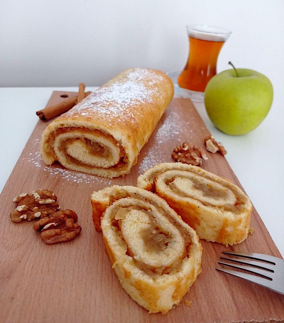 Biskuitrolle mit Apfelfüllung: schnell und einfach gebacken