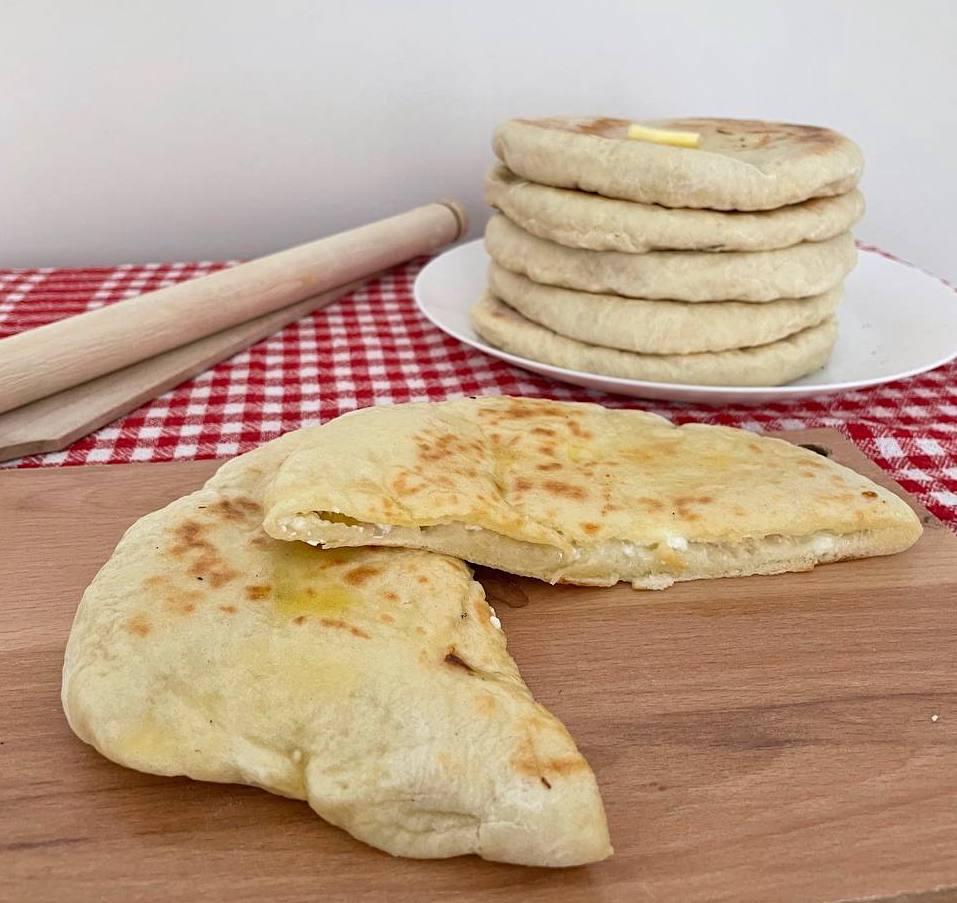 Bazlama mit Käse: fluffige Pfannenbrote gefüllt